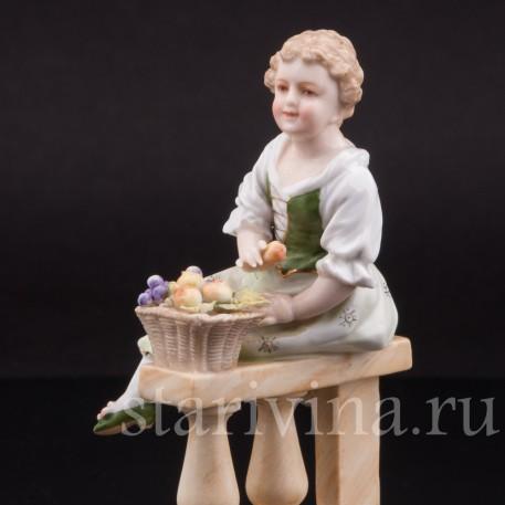 Фарфоровая фигурка Девочка с корзиной фруктов, Volkstedt, Германия, кон. 19 века.